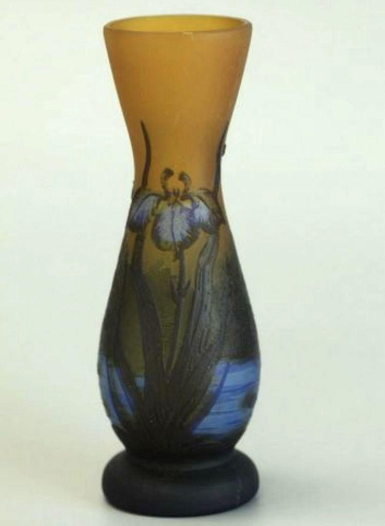 """vase signé """"Gallé"""" - Verre multicouche, décors dégagés à l'acide"""